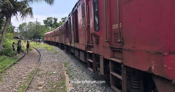 Avurudu Special Train Derailed near Galle Railway Station